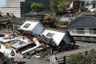 A house that was toppled by an earthquake is seen in Mashiki, Kumamoto Prefecture, on the morning of April 20, 2016. (Mainichi)