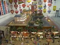 「三十坪の秘密基地」には昔の浅草や下町、銭湯などのジオラマが展示されている=台東区浅草1、浅草六区ゆめまち劇場内で