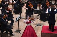 演奏するバイオリン部門第1位の小川恭子さん(中央手前)=名古屋市東区の愛知県芸術劇場コンサートホールで21日、大竹禎之撮影