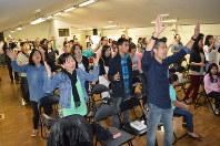 声を合わせ賛美歌を歌う信者たち。右手前の男性がカネグスケ牧師=滋賀県長浜市で、中本泰代撮影