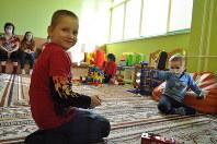 ベラルーシ国立放射線医学人間環境研究センター・小児血液科の遊戯室で遊ぶ3歳のマクシム君(右)ら入院中の子供たち=ベラルーシ南東部ゴメリで2月19日