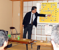 第2局の難しい中盤情勢について解説する脇八段(中央) =和歌山県御坊市薗の「夢空間ふわり」で、矢倉健次撮影