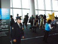 東京スカイツリーの展望台で警戒する警察官=墨田区で