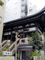 戦後、境内のど真ん中を道路が通って、狭くなってしまったという円頓寺。屋根の上の相輪が印象的だ=大阪市北区太融寺町で、松井宏員撮影