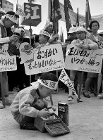 子どもたちもプラカードで「おこづかいもっとほしいなあ」などと訴えた=大阪城公園で1966(昭和41)年5月1日、石川芳徳撮影