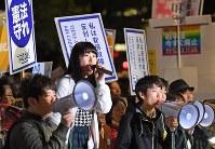 国会前で安全保障関連法に反対する高校生ら=東京都千代田区で2016年4月29日午後7時27分、丸山博撮影