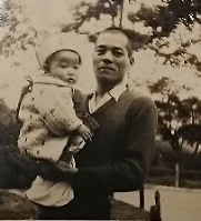 愛娘を抱く中西義男さん(中西明さん提供)