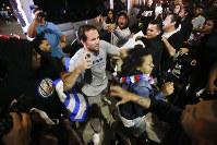 ロサンゼルス近郊コスタメサでは、「反トランプ」と支持者が衝突した=AP