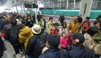 新函館北斗駅に到着した「はやぶさ」から降りる大勢の乗客ら=北海道北斗市で29日午後0時28分、手塚耕一郎撮影