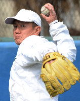 真剣な表情で練習する東大野球部の伊藤一志投手=東京都文京区で、望月亮一撮影