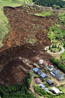 The Takanodai housing complex in the Kumamoto Prefecture village of Minamiaso where five people died in a landslide is seen in this photo taken from a Mainichi helicopter on April 29, 2016. (Mainichi)