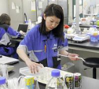 休暇中に学んだことが新製品開発にも役立ったと語る和田華奈子さん=茨城県守谷市のアサヒビール酒類開発研究所で