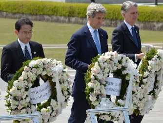 From left, Japanese Foreign Minister Fumio Kishida, U.S. Secretary of State John Kerry, and British Foreign Secretary Philip Hammond lay wreaths at the cenotaph in Hiroshima Peace Memorial Park, in Hiroshima on April 11, 2016. (Mainichi)