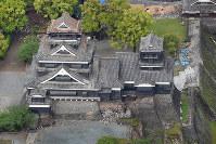 地震で石垣や屋根が壊れた熊本城=熊本市中央区で2016年4月22日、本社ヘリから矢頭智剛撮影