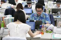軽装で仕事をする環境省の職員ら=東京・霞が関で2016年5月2日午前10時5分、後藤由耶撮影