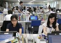 軽装で仕事をする環境省の職員ら=東京・霞ヶ関で2016年5月2日午前9時31分、後藤由耶撮影