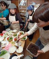 「子ども食堂わんはーと加古川」で食事を準備するメンバー=兵庫県加古川市尾上町口里で、藤田宰司撮影