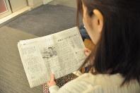 連載「となりの障害 吃音とともに」の記事を読み、自らの体験と重ね合わせる女性=東京都品川区で