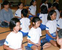 寺子屋修行で座禅を組む村上さん(左奥)と子どもたち=島根県吉賀町柿木村の報国寺で、柿木公民館提供