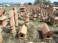 再現したさまざまな形象埴輪が並ぶ今城塚古墳公園=大阪府高槻市郡家新町で八重樫裕一撮影