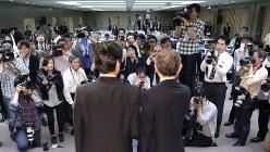 報道陣に囲まれる東芝の綱川智・次期社長(右)と志賀重範・次期会長=2016年5月6日、宮武祐希撮影