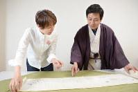 桂米朝さんが所有していたという春画を見る桂米團治さん(右)と石上阿希さん