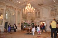 トランプ氏が一時、所有したプラザホテルの豪華な内装=ニューヨークのマンハッタンで7日