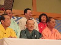「笑点」収録後の会見で笑顔を見せる桂歌丸さん(前列中央)と笑点メンバー=東京都文京区の後楽園ホールで2016年4月30日、油井雅和撮影