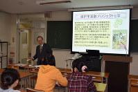 「葉酸プロジェクト」を学生に説明する香川副学長=埼玉県坂戸市千代田の女子栄養大学で