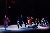 ピッコロシアターで初演された舞台「風の中の街」の一場面。左端が平井久美子