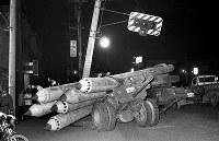 信号柱に衝突したトレーラー