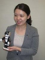 二足歩行やダンスができる人型ロボットの携帯電話「RoBoHoN(ロボホン)」を開発したシャープの景井美帆さん=東京都港区のシャープ東京支社で2016年4月14日、宮崎泰宏撮影