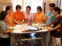がんの治療でも「チーム医療」が進む。医師を中心に、さまざまな職種のスタッフが患者の情報の共有を図る=神奈川県藤沢市の湘南中央病院で