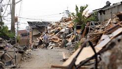 地震の発生から3週間が過ぎても、倒壊した家屋のがれきは多くがそのままとなっている=熊本県益城町で2016年5月8日、幾島健太郎撮影