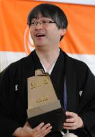 就位式で王将盾を授与され笑顔をみせる郷田真隆王将=東京都文京区で16日午後0時28分、北山夏帆撮影