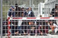 強制送還に抗議し、モリア難民キャンプで座り込みを続ける難民ら=ギリシャ東部レスボス島で4月6日、三木幸治撮影強制送還に抗議し、モリア難民キャンプで座り込みを続ける難民ら=ギリシャ東部レスボス島で4月6日、三木幸治撮影