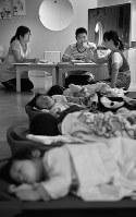 お昼寝中は連絡ノートを書きながら保育士同士で情報交換をする=大阪市東住吉区で、大西岳彦撮影