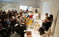多くの人が耳を傾けた「ゆる・ふぇみカフェ」のトークセッション=東京都千代田区の「アーツ千代田3331
