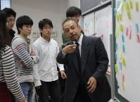 学生たちが必要だと思う政策を付箋に書いて、次々と黒板に貼り、倉阪秀史教授(右手前)が分野ごとにまとめた=千葉市稲毛区の千葉大で