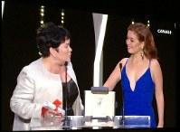女優賞を受賞したジャクリン・ホセさん(左)とその娘。感激が画面からも伝わってきた=木村光則撮影