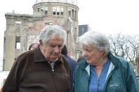 広島平和記念公園を見学するウルグアイのホセ・ムヒカ前大統領(左)とルシア・トポランスキ夫人=広島市中区で4月10日、竹下理子撮影