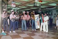 開業10周年記念「サンキューセール」のオープニングに、デキシーバンドがドーチカを練り歩いた=大阪市北区で1976年7月1日