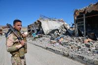 3年半ぶりに取材したシンジャルの中心部。ISが拠点とした建物は、米軍の空爆で破壊された。ヤズディ教徒の治安部隊が町を防衛していた=2016年3月、アジアプレスの玉本英子さん撮影