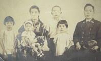 父親が戦死する直前、家族で撮った写真。左端が静子さん(淀井静子さん提供)