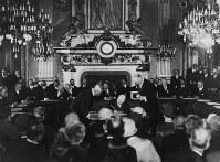 フランス外務省「時計の間」で不戦条約(ブリアン=ケロッグ条約)に署名する各国全権代表=1928年8月27日