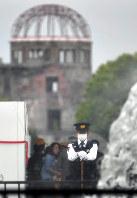 オバマ米大統領の訪問を前に、平和記念公園で警戒する警察官=広島市中区で2016年5月26日午後1時33分、小関勉撮影