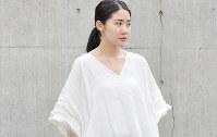 モックネックの次に流行しそうなVネック=日本ファッション協会提供