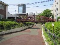 富岡八幡宮東側の堀跡「八幡堀遊歩道」に架かる八幡橋。国の重要文化財に指定されている