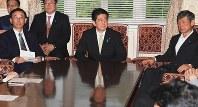 自民党役員会に臨む(右から)高村正彦副総裁、安倍晋三首相、谷垣禎一幹事長ら=国会内で2016年5月30日午後5時1分、藤井太郎撮影
