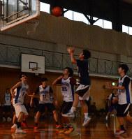 小さな電球で照らされたコートで汗を流す熊本県立第二高と熊本商高の選手たち=熊本市の熊本商高で24日、生野貴紀撮影